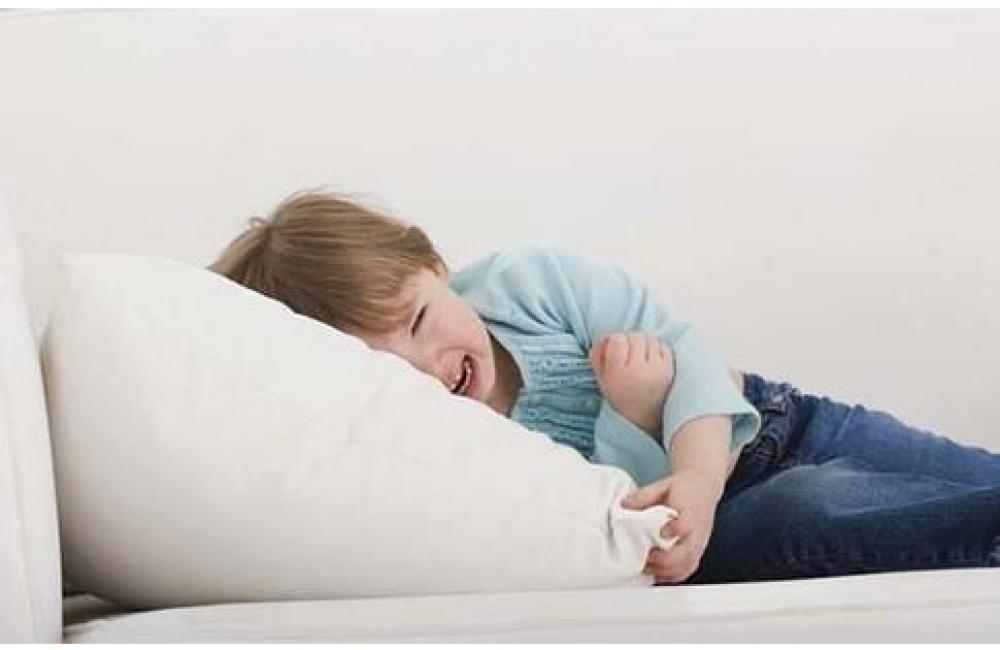 У ребенка болит живот: что можно дать и что